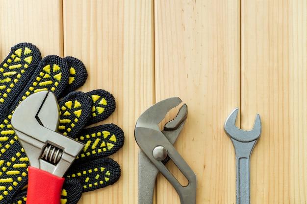 Zestaw narzędzi dla hydraulików na drewnianym stole