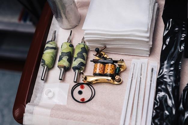 Zestaw narzędzi dla tatuatora. układ igieł, serwetek, maszynki do tatuażu, wymiennych uchwytów.