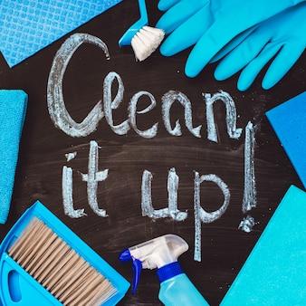 Zestaw narzędzi do czyszczenia domu wokół napisu na tablicy