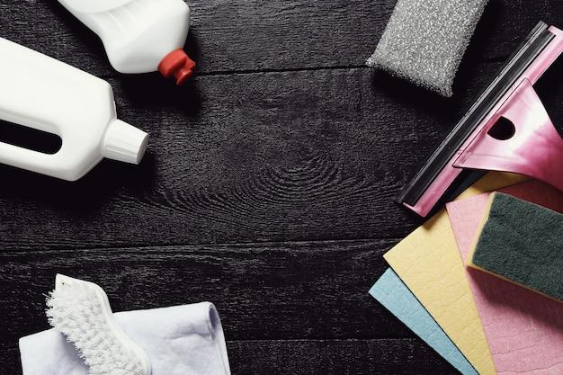 Zestaw narzędzi do czyszczenia na drewnianej podłodze