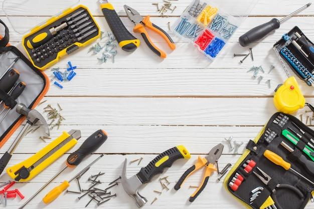 Zestaw narzędzi do naprawy na białej powierzchni drewnianej