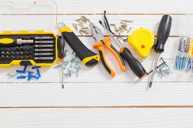 Zestaw narzędzi do naprawy na białym drewnianym stole