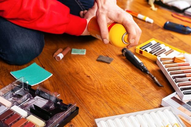 Zestaw narzędzi do renowacji laminatu i parkietu drewna, ołówki woskowe, uszczelniające rysy i wióry.