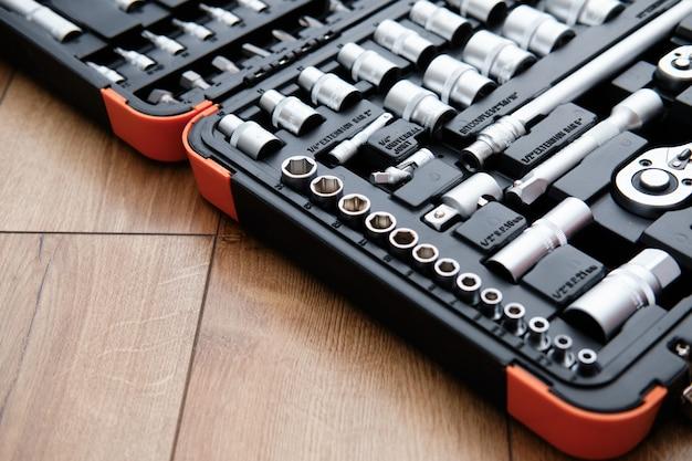 Zestaw narzędzi do samochodu. różnorodni metali narzędzia na drewnianym tle