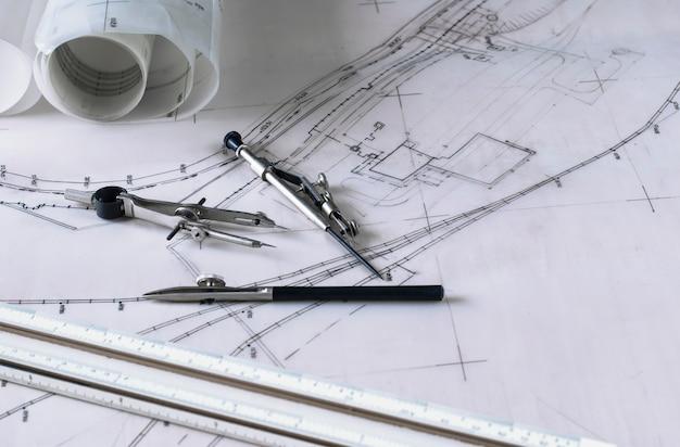 Zestaw narzędzi kompasu z planem miasta i topografią