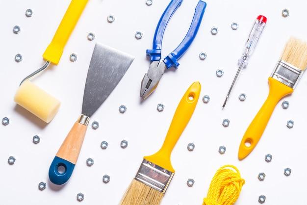 Zestaw narzędzi konstruktora na białym stole