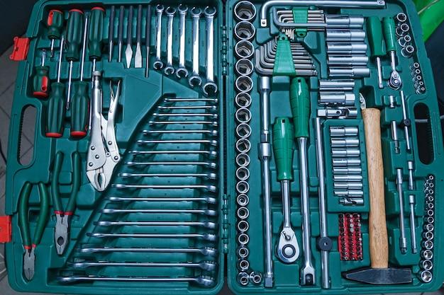 Zestaw narzędzi mechanicznych do naprawy samochodów w serwisie