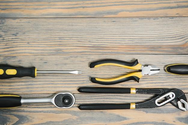 Zestaw narzędzi na drewnianym panelu z miejscem na tekst