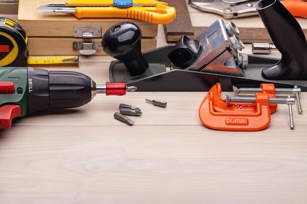 Zestaw narzędzi na drewnianym stole