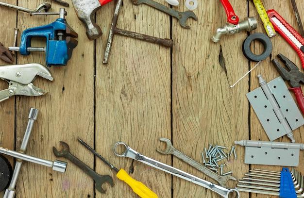 Zestaw narzędzi na drewnianym tle koncepcji dzień ojca i dzień pracy tło kopiowanie miejsca na tekst