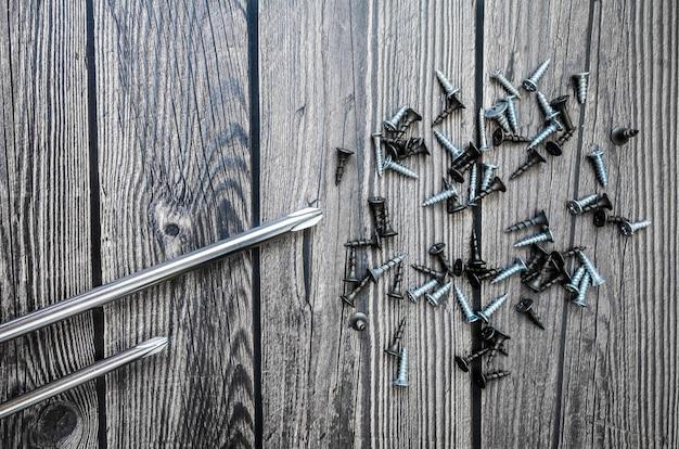 Zestaw narzędzi na drewnianym tle