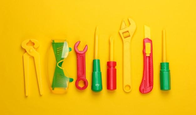 Zestaw narzędzi pracy zabawki dla dzieci na żółto.