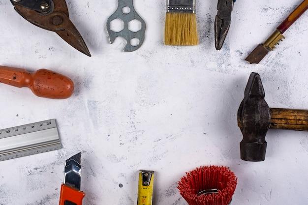 Zestaw narzędzi ręcznych na białym marmurowym tle