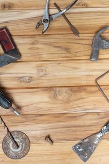Zestaw narzędzi ręcznych na drewnianej podłodze.