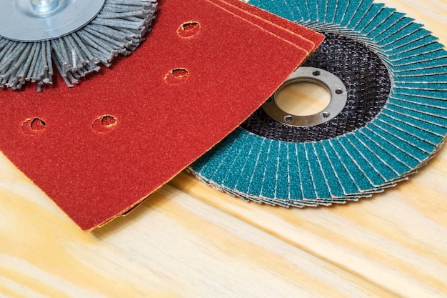 Zestaw narzędzi ściernych i brązowy papier ścierny na drewnianym kreatorze desek służy do szlifowania przedmiotów
