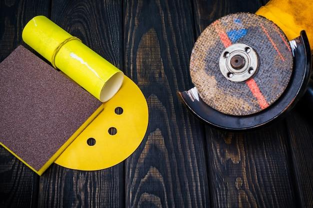 Zestaw narzędzi ściernych i papieru ściernego na ciemnym tle drewna vintage