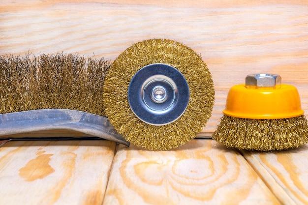 Zestaw narzędzi ściernych i papieru ściernego na drewnianych deskach. kreator służy do mielenia przedmiotów