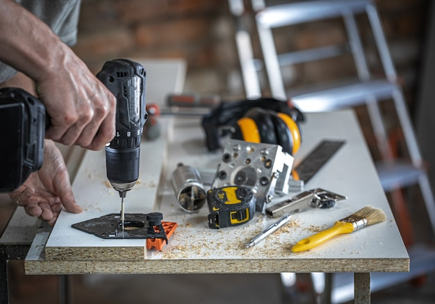 Zestaw narzędzi stolarskich, akcesoriów do precyzyjnego wiercenia i pomiaru drewna.