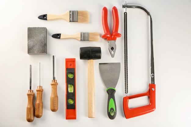 Zestaw narzędzi stolarskich na białym tle