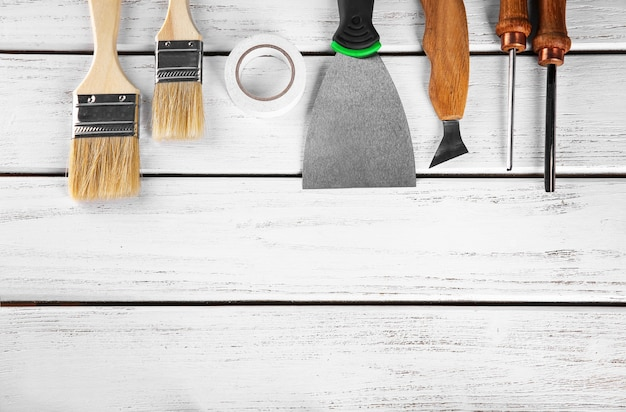 Zestaw narzędzi stolarskich na drewnianym