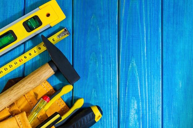 Zestaw narzędzi w torbie na niebieskiej drewnianej ścianie