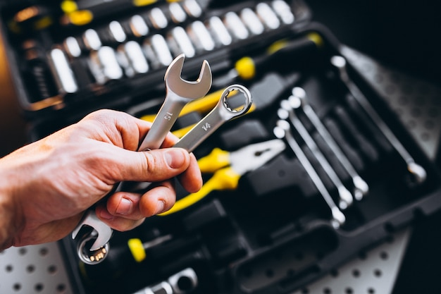 Zestaw narzędzi w zestawie narzędzi na białym tle