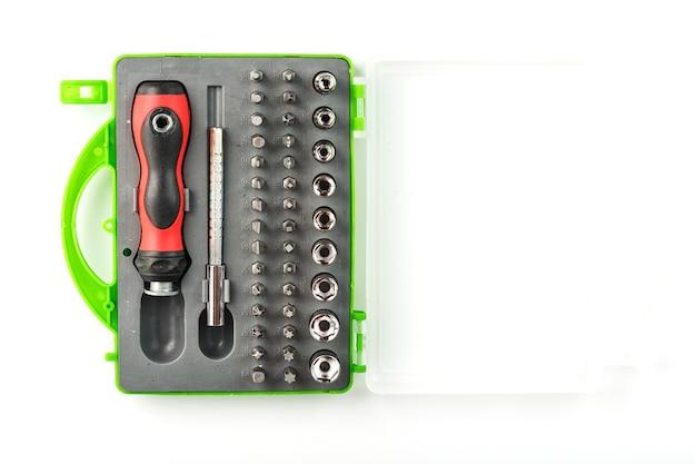 Zestaw narzędzi z różnymi nasadkami, dłutami i śrubokrętami, do naprawy maszyn i urządzeń.