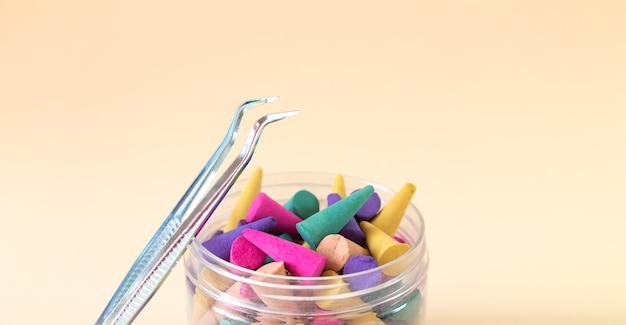 Zestaw naturalnych aromatycznych rożków lub patyczków w butelce
