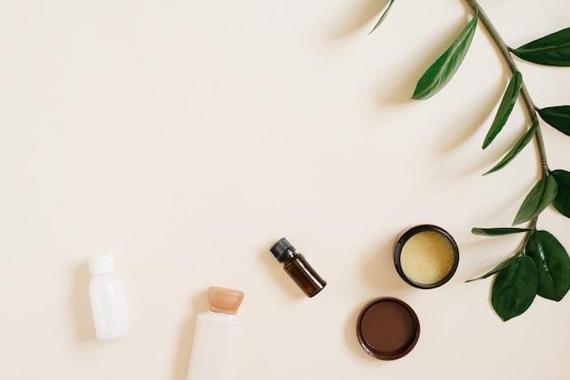 Zestaw naturalnych organicznych kosmetyków spa w kolorze jasnego beżu