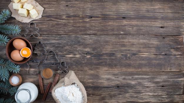 Zestaw naturalnych produktów do przygotowania tarta na drewnianym tle