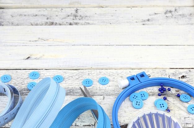 Zestaw niebieski haft na białej powierzchni drewnianej