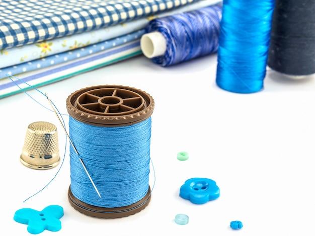 Zestaw niebieski haft na białym tle