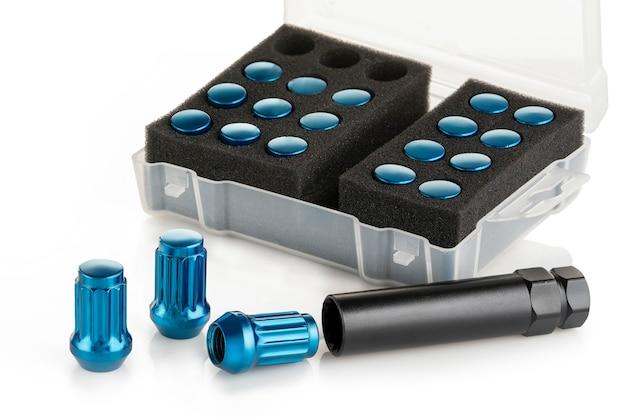 Zestaw niebieskich nakrętek do kół ze stopu metali lekkich. izoluj na białym tle.
