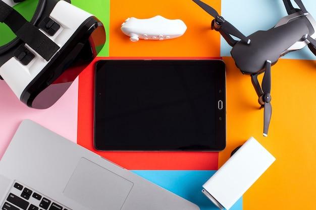 Zestaw nowoczesnych gadżetów na kolorowym tle, makieta nowych technologii