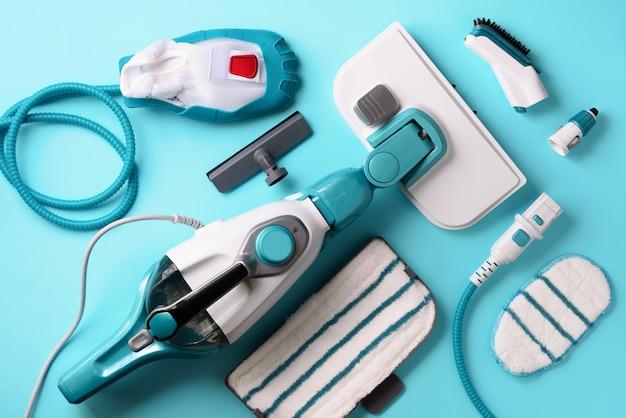 Zestaw nowoczesnych profesjonalnych czyszczenia parą na niebieskim tle.