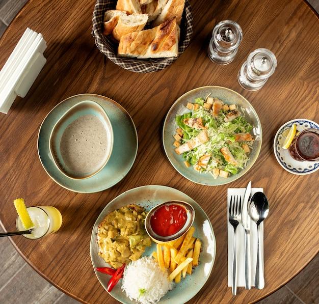 Zestaw obiadowy z sałatką cezar z grzybami i daniem z kurczaka