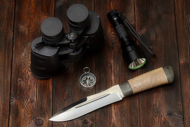 Zestaw odkrywcy lub myśliwego na drewnianej powierzchni