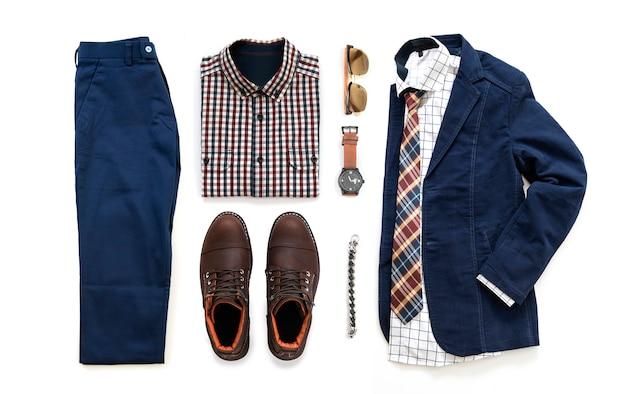 Zestaw odzieży męskiej z brązowym butem, zegarkiem, spodniami, paskiem, portfelem, okularami przeciwsłonecznymi, koszulą biurową, niebieską kurtką, bransoletą i krawatem na białym tle na białym tle, widok z góry