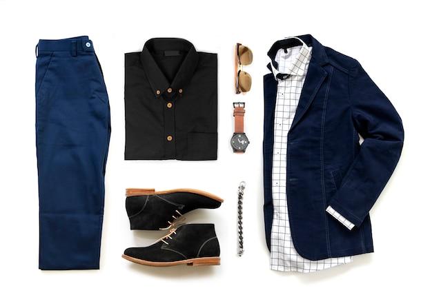 Zestaw odzieży męskiej z butami oxford, zegarkiem, niebieskimi spodniami, okularami przeciwsłonecznymi, koszulą biurową i kurtką na białym tle na białym tle, widok z góry