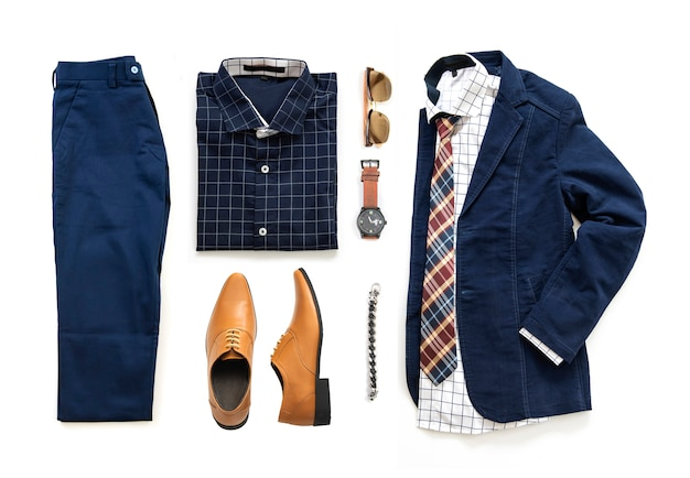 Zestaw odzieży męskiej z butami oxford, zegarkiem, niebieskimi spodniami, okularami przeciwsłonecznymi, koszulą biurową, kurtką i krawatem na białym tle na białym tle, widok z góry