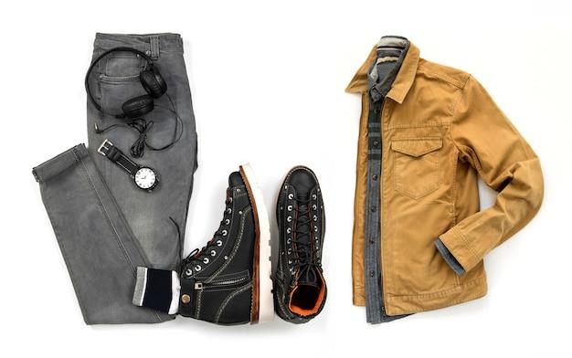 Zestaw odzieży męskiej z czarnym botkiem, zegarkiem, słuchawkami szare dżinsy, kurtkę i koszulę na białym tle na białym tle, widok z góry