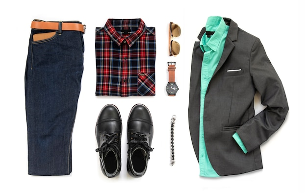 Zestaw odzieży męskiej z czarnym butem, zegarkiem, niebieskimi dżinsami, paskiem, portfelem, okularami przeciwsłonecznymi, koszulą biurową, szarym garniturem i bransoletą na białym tle na białym tle, widok z góry