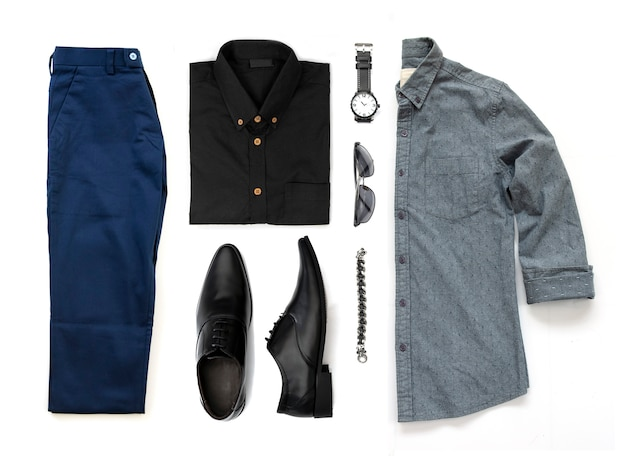 Zestaw odzieży męskiej z czarnymi butami, zegarkiem, spodniami, okularami przeciwsłonecznymi, koszulą biurową i bransoletą na białym tle na białym tle, widok z góry