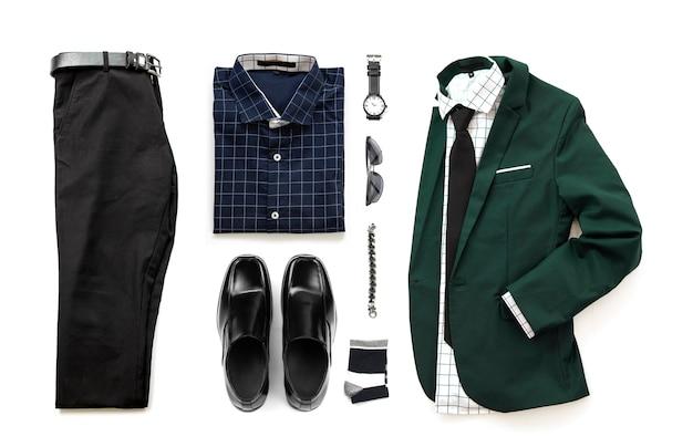 Zestaw odzieży męskiej z mokasynowymi butami, zegarkiem, skarpetą, bransoletą, koszulą biurową, krawatem i garniturem, izolacja pasa do spodni na białym tle, widok z góry