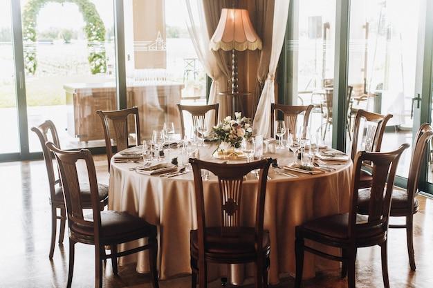 Zestaw okrągłego stołu w jasnej części restauracji
