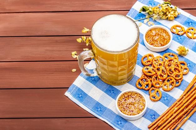 Zestaw oktoberfest. lekkie piwo, precle, musztarda, słoma sezamowa, chmiel.