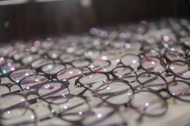 Zestaw okularów na specjalnej półce okularowej w klinice okulistycznej