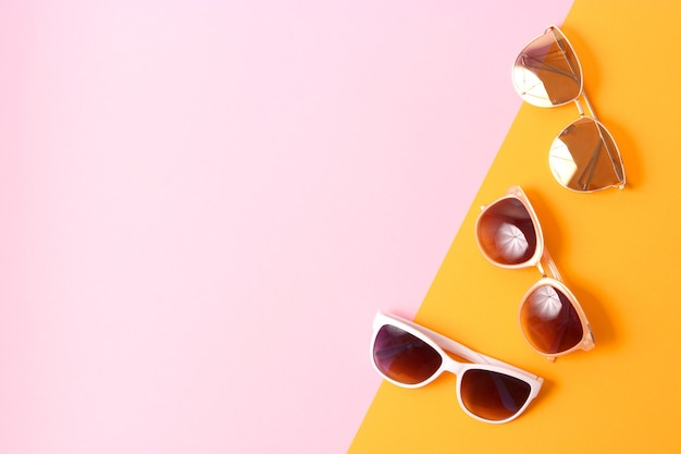 Zestaw okularów przeciwsłonecznych na kolorowym tle widok z góry