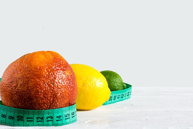 Zestaw owoców cytrusowych z czerwonej pomarańczy, cytryny i limonki z centymetrem