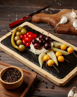 Zestaw owoców i warzyw na stole